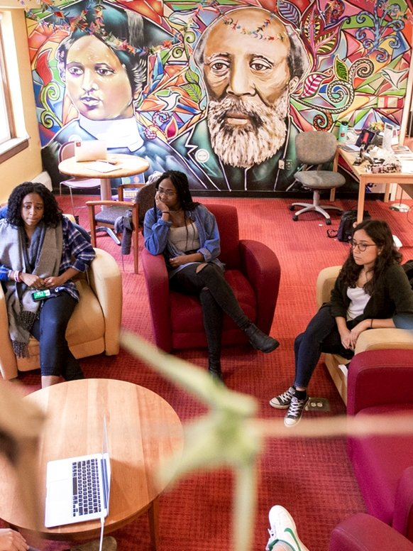 4 students gathered together in a common room at the Anderson Freeman Center