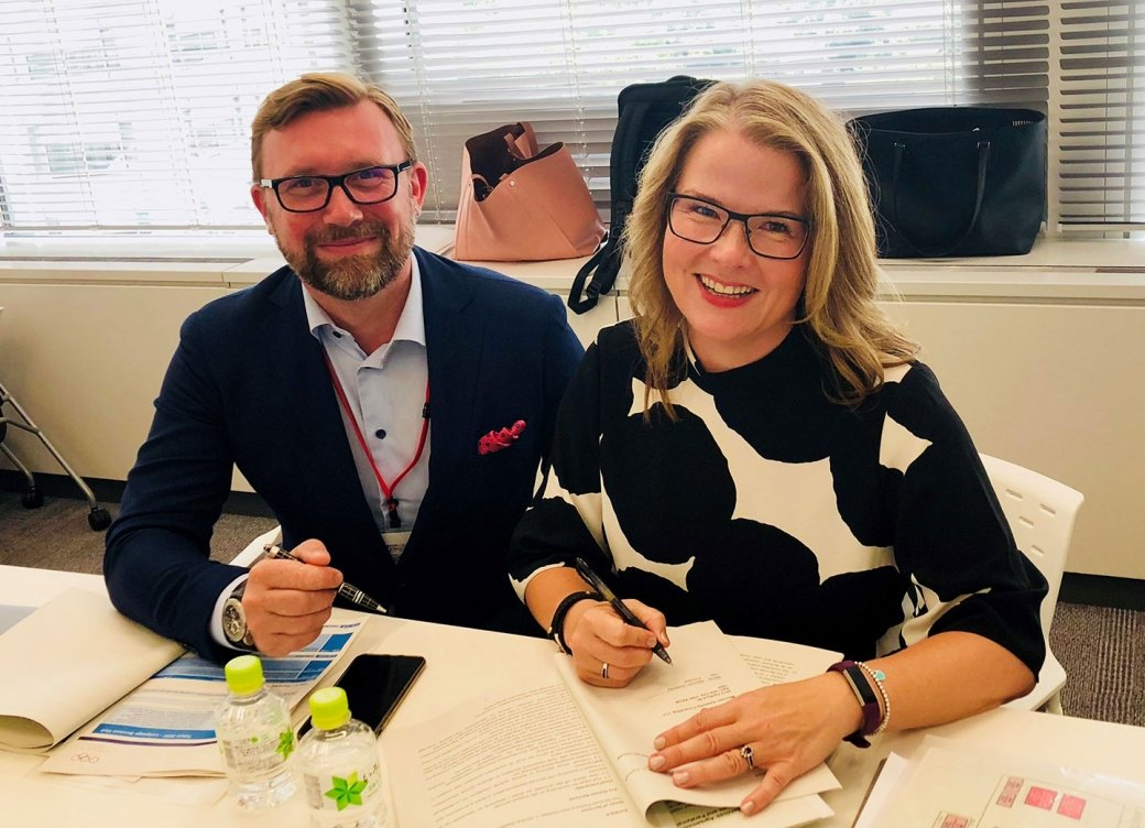 Alexandre Ponomarev and Maureen Sweeney signing their contracts to serve as chief and deputy chief interpreters at the 2020 Olympics.